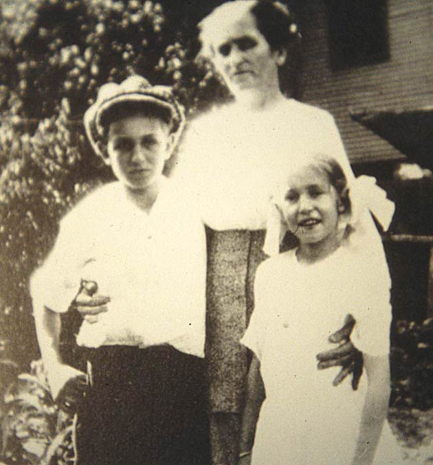 Walt Disney around nine years old with his mother Flora and his sister Ruth in Marceline, Missouri.